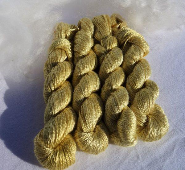 662-663-664-665 Echevettes de soie maulbère, teinture dahlia, 100 m. Broderie, tricot, crochet.