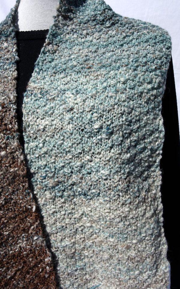 Echarpe en dégradé, du bleu au marron, filée et tricotée main. 763