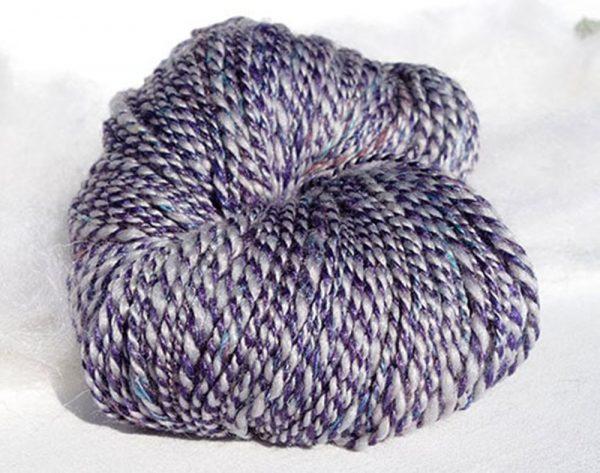 Laine filée qu rouet. Fibres mérinos, soie, lin. Violet. 1437-1438