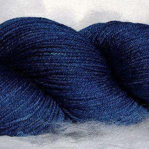 Laine mérinos superwash et soie. Teinture bleu foncé à l'indigo. Fingering.1451-1452-1453