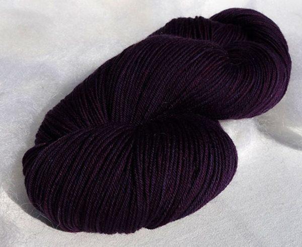 Laine mérinos superwash. Fingering. Teintures végétales indigo, lac-dye. Violet. 1474